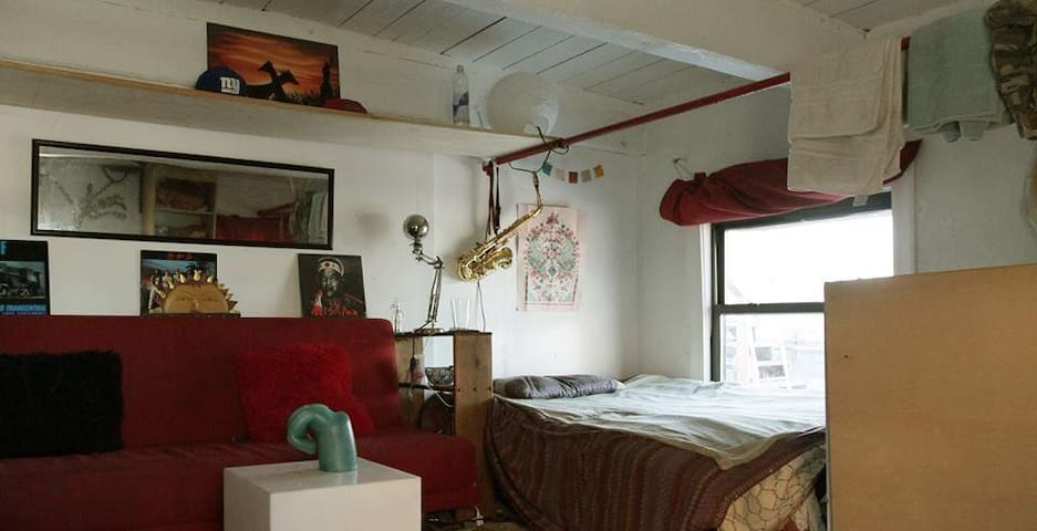 HUGE room in Bushwick artist loft - Brooklyn - Loft