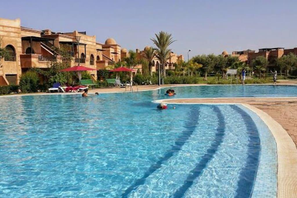 Une des piscines en été. .