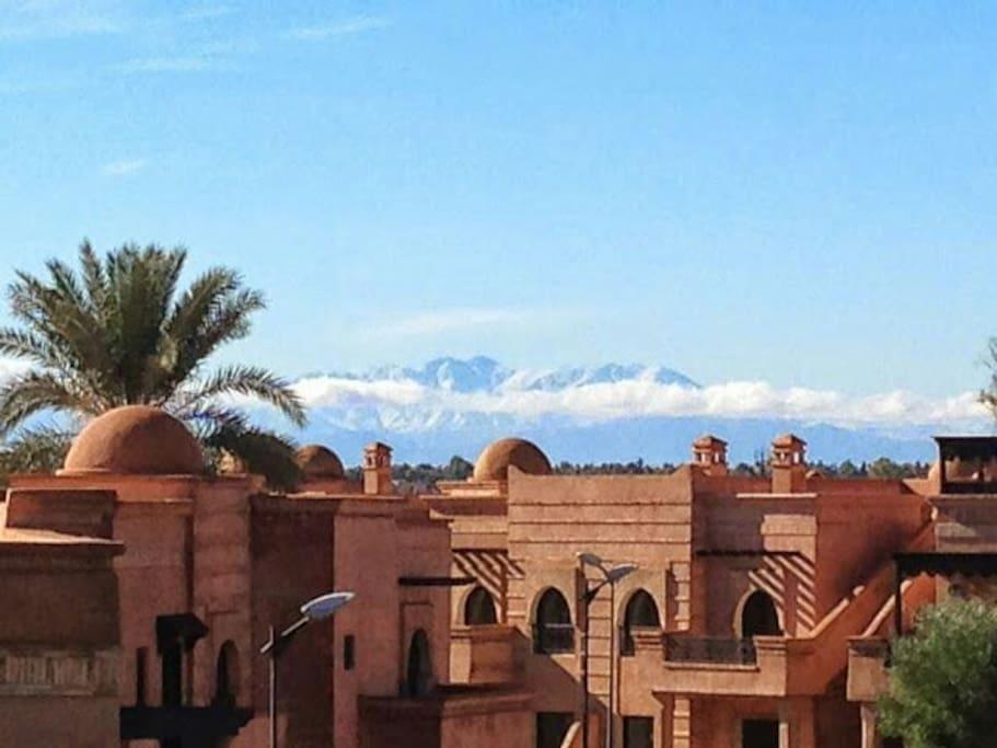 Vue sur les sommets de l'Atlas enneigés en hiver... air vivifiant garanti!