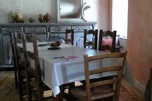 La salle à manger attenante à la cuisine.