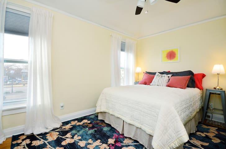 Charming private room in Evanston apt, Guestroom 1