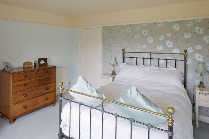 Ensuite room with antique brass bed - Malton