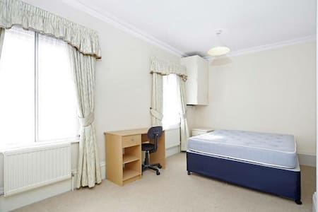 Double bedroom ensuite, central