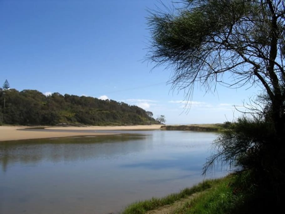 You can canoe to the lake entrance from the studio. A picnic reserve with BBQ's borders the foreshores