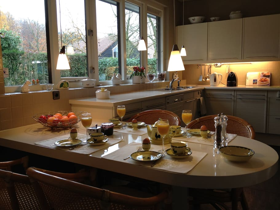 Your breakfast is served every morning in this sunny dining-kitchen