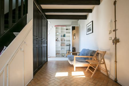Located at 2 minutes walking distance from Saint Paul subway station, this flat is located in the heart of the historic 4th arrondissement of Paris called Le Marais. This neighbourhood is famous for its shops, bars and fine restaurants.