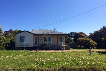 Beach house with a country view - Ventnor - House
