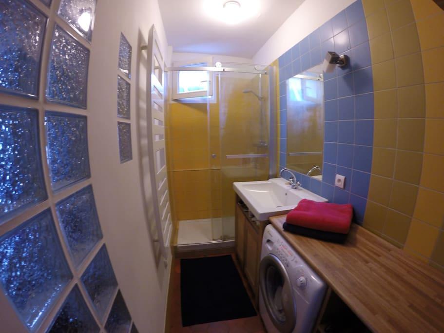 Salle de bain Grande douche et vasque Machine à laver/secher