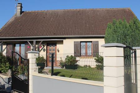maison située à 9 kms d'Amiens. - House
