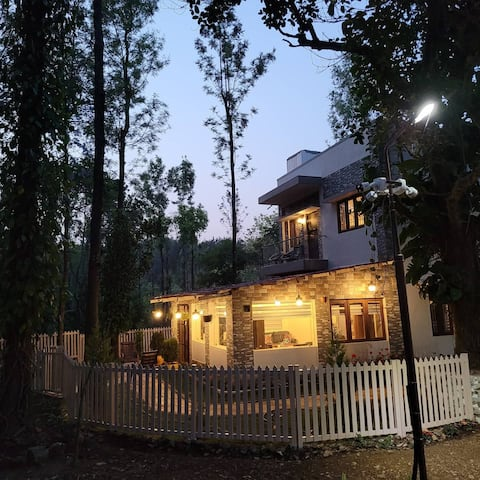 Beautiful cozy cottage in a lush greenery coffee estate with 3500 trees , running creek , coffee n pepper plantations. sound of water creek and the birds chirping would be the only distraction  in getting blended with mother nature