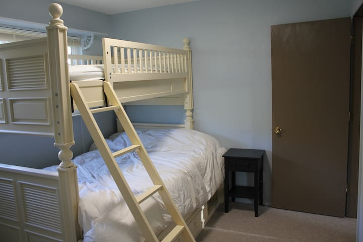 Bedroom on main level - 1 double, 1 twin bed