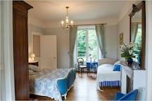 une chambre( bleue)au Manoir de la Brossette