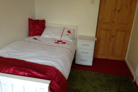 Single lockable bedroom in clean spacious house - Totton