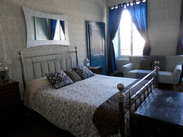 3 Place des Arbres: Bed & Breakfast/Maison d'hôtes - Felletin - Bed & Breakfast