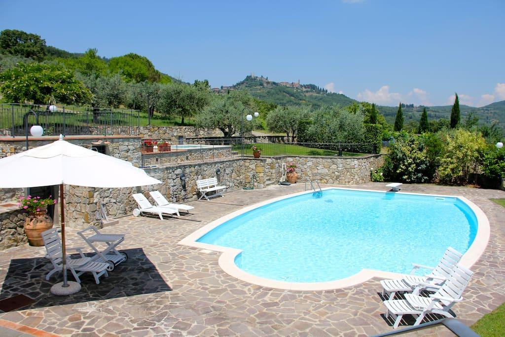 Ampia piscina in posizione panoramica