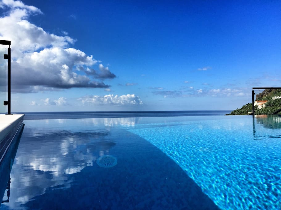 infinity pool above the sea villen zur miete in ponta do. Black Bedroom Furniture Sets. Home Design Ideas