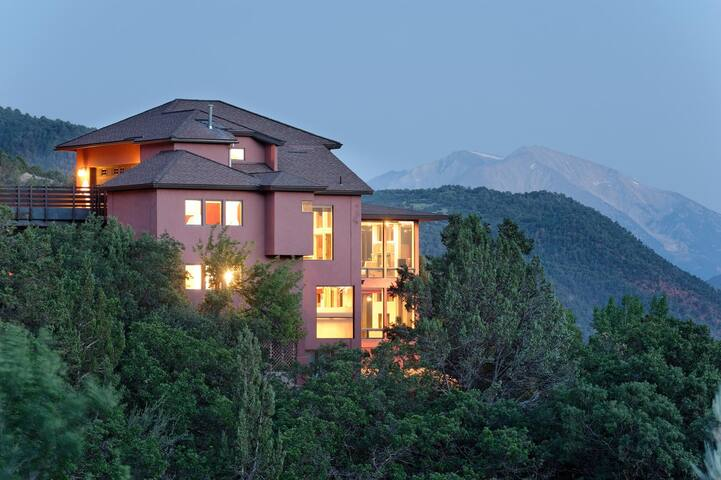 LUXURY HOME, BREATHTAKING MOUNTAIN VIEWS!