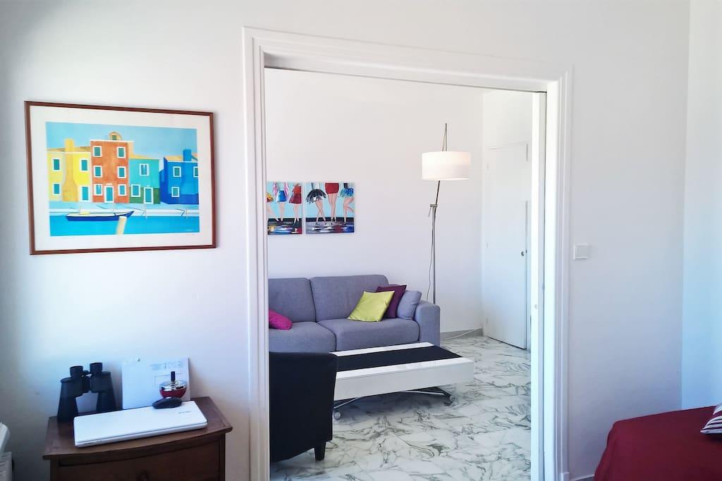 Vue de la chambre sur le salon.