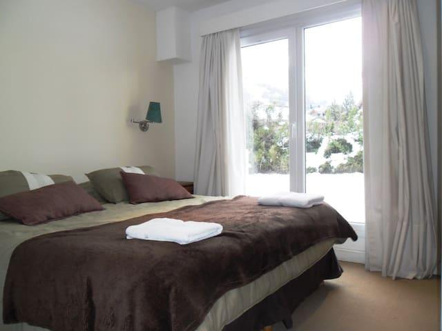 Dormitorio principal con excelente vista a la montaña