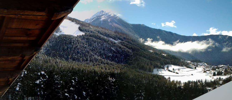 vue du salon, l'hiver, sur le village de Saint-Dalmas.