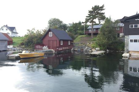 Koselig hytte med naust ved sjøen - Blockhütte