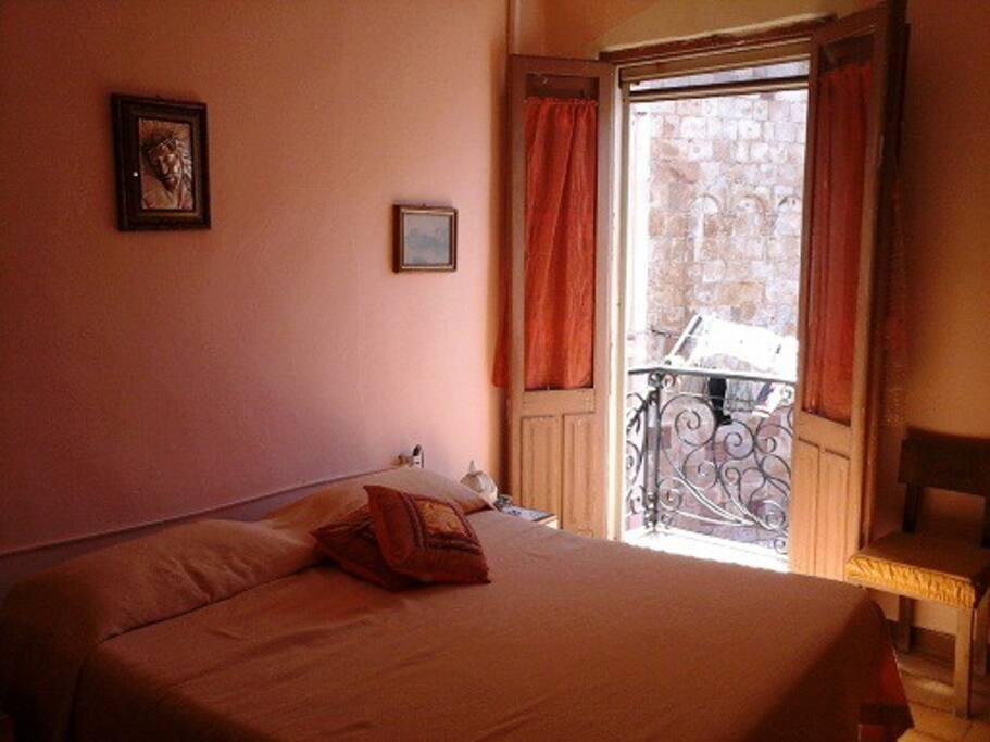 """la stanza """"pink"""", matrimoniale con un terzo letto"""