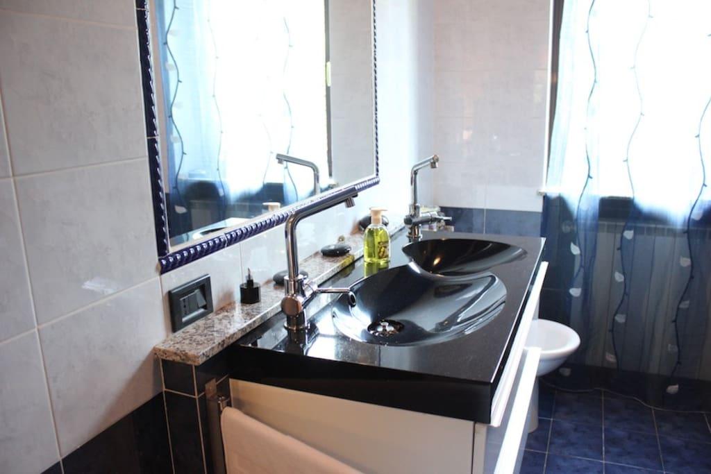 lavabo doppio e grande specchio