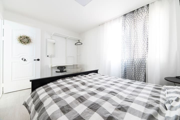 Room CA (Canada) : fancy designed double bedroom for up to 2 person./ superb heavenly double bed