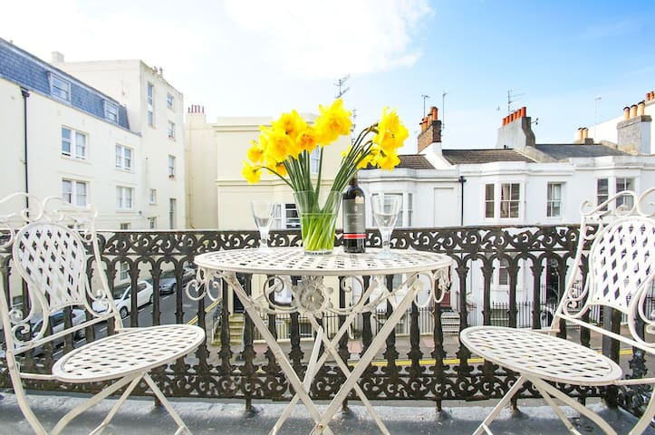 Beautiful city centre balcony flat 200m from beach