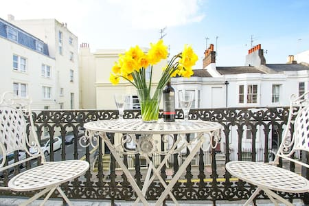 Bright city centre balcony flat 200m from beach
