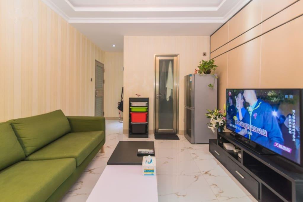 客厅里还配备电冰箱,无线WIFI,宜家沙发等家电齐全