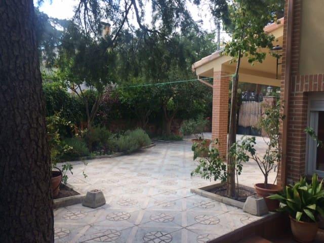 Casa de campo con patio ajardinado - Carabaña - Rekkehus