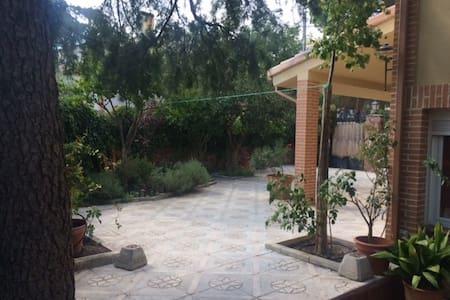 Casa de campo con patio ajardinado - Carabaña