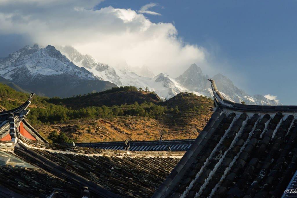 能看雪山的,百年纳西小院儿。 An authentic Naxi house with Snow Mountain View.