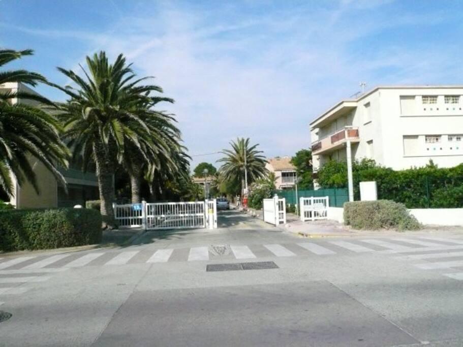 entrée de la résidence vue de la plage