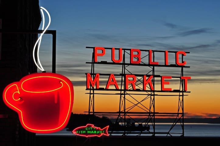 2BR VIEW! 98% Walk Score, FREE pkg, pool, hot tub! - Seattle - Wohnung