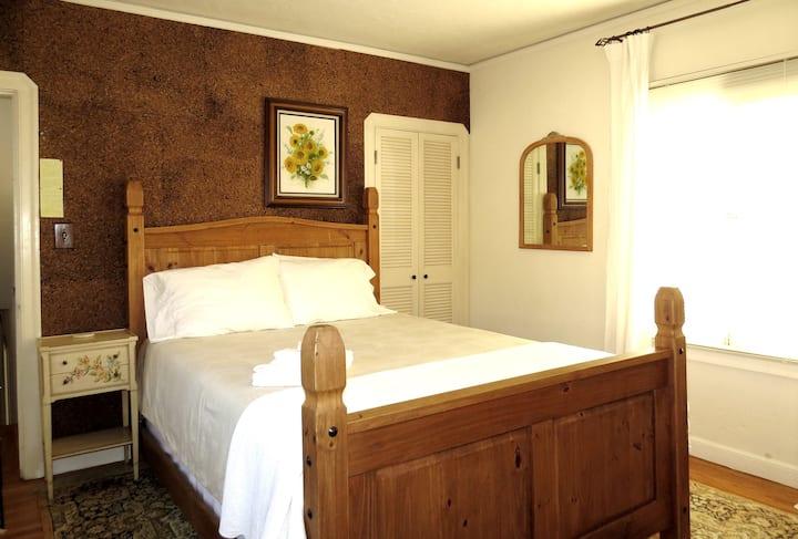 Lovely Spanish Revival Private Room nr Highland H