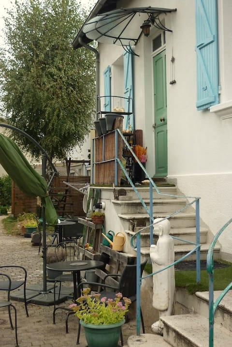 Vue sur le ciel dans maison avec jardin clos.