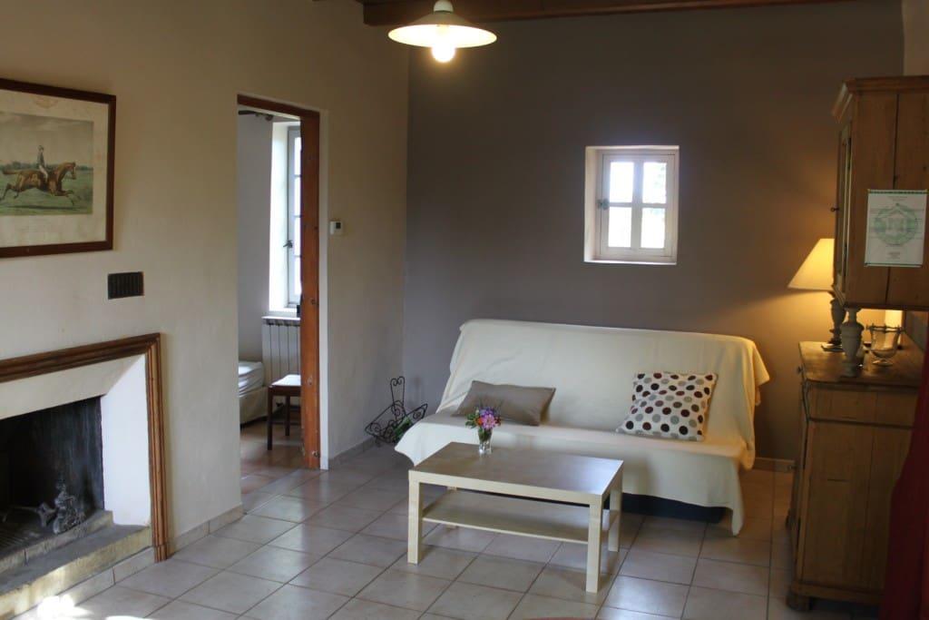 La salle à vivre avec son espace salon (canapé clic-clac).