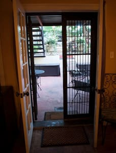 Private suites w/ patio near subway - Brooklyn - Bed & Breakfast