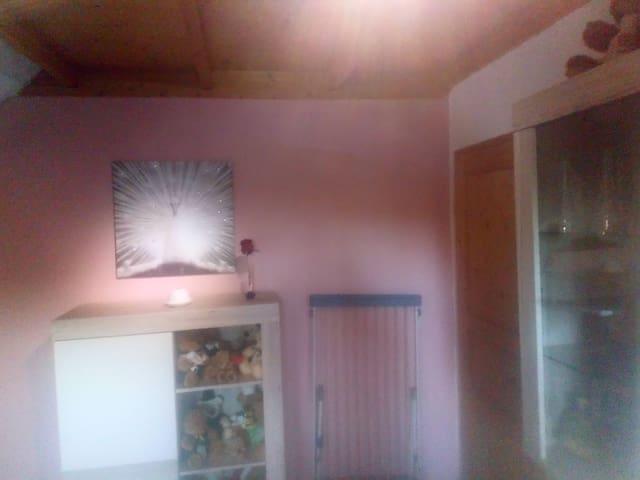 Raumgestaltung in einem sanften Rosa-Weiß für ein angenehmen Flair.