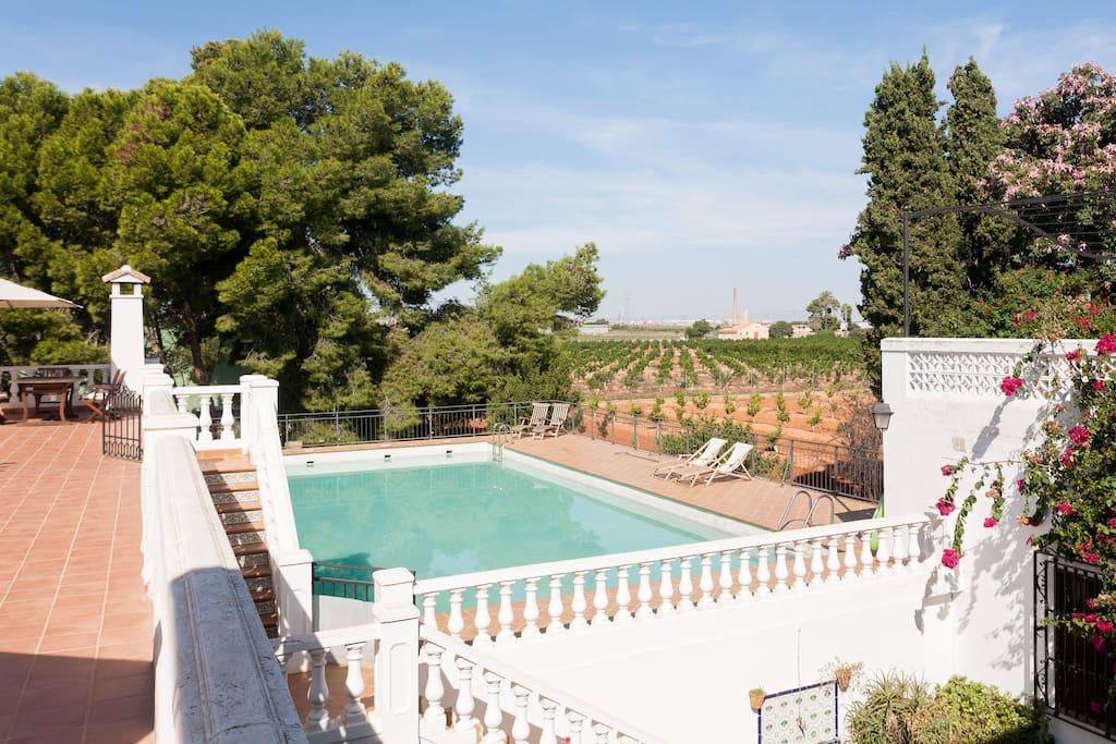 Terraza con vista a la piscina