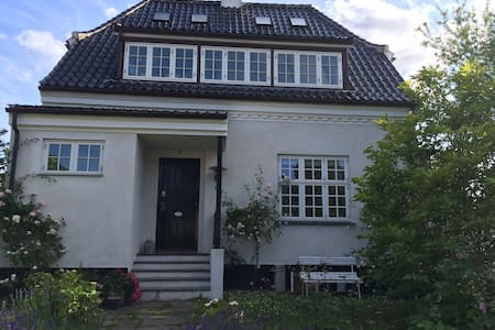 House with its own Orangerie - Charlottenlund - Huis