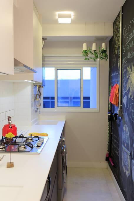 Cozinha totalmente equipada com fogão, exaustor, forno, microondas e lava e seca!