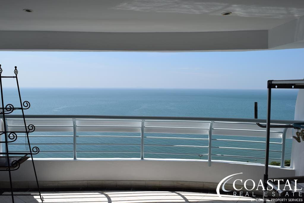 Another balcony with beautiful ocean views.