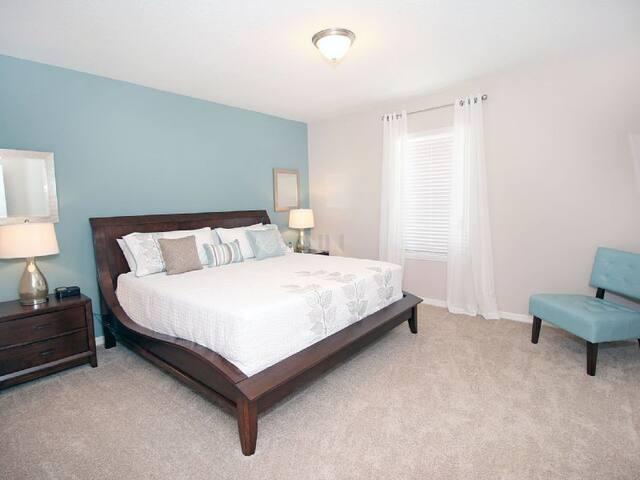 Suíte Principal super espaçosa com cama King Size com colchão de categoria superior.