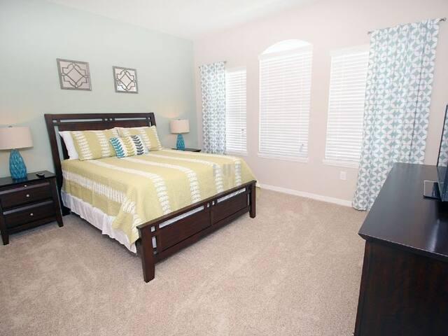 Quarto com cama Queen Size com colchão de categoria superior, TV.