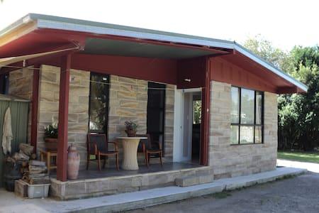 Modern cabin at rear of Motel - Bulahdelah - Zomerhuis/Cottage