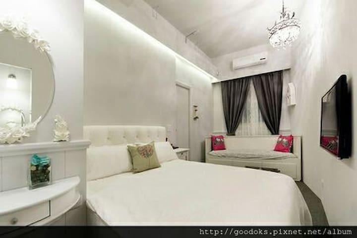 法式經典&頂級假期雙人套房,(限不指定房型)走路到羅東夜市一分鐘可到達,房間雙人床墊採用飯店等級