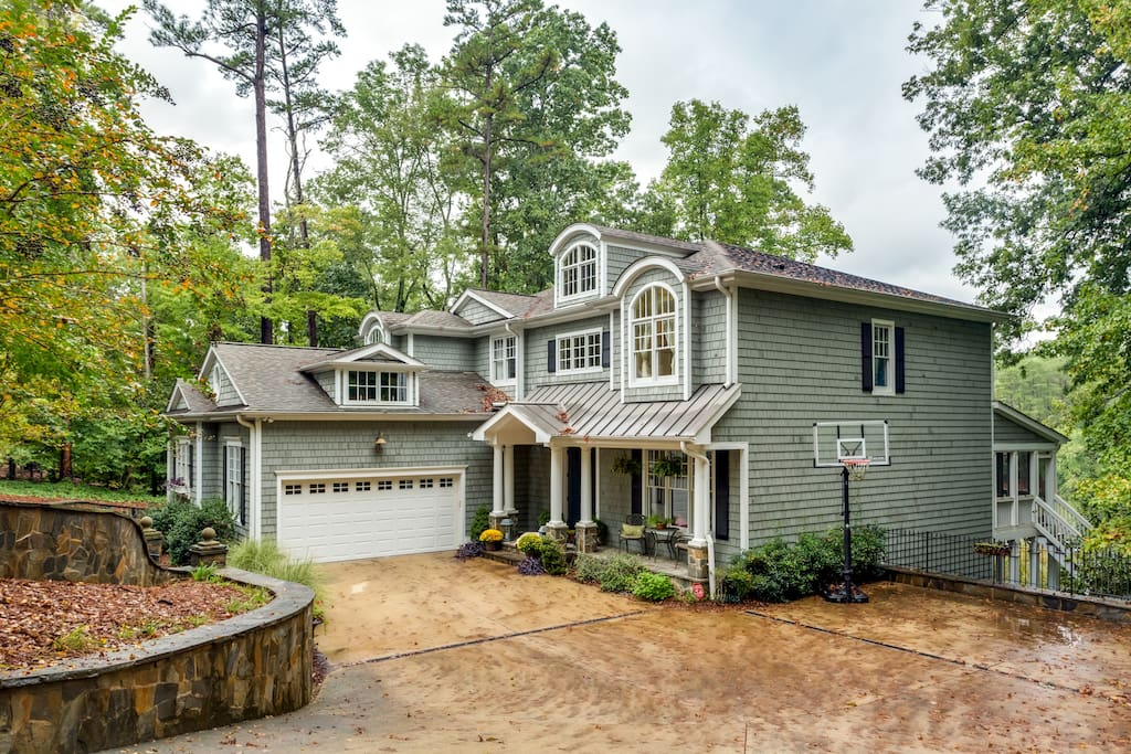 Beautiful home on the lake. 5-8 min to downtown Franklin Street.